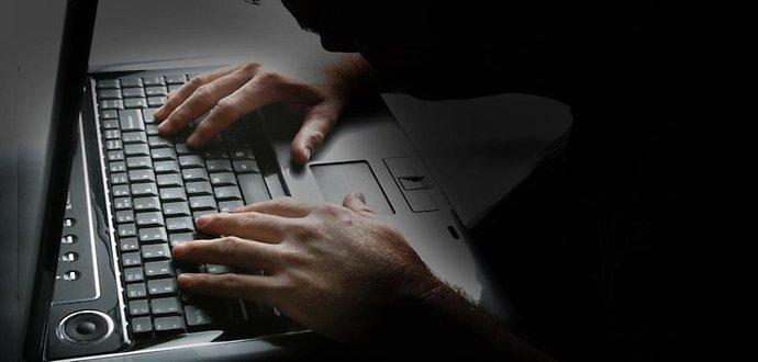 955104-computer-hacker